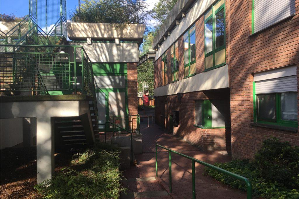 An den Treppen zum Parkhaus halten sich die meist jugendlichen Ruhestörer gerne auf.