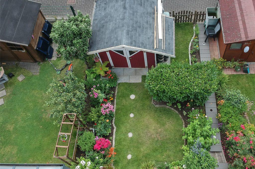 Auch eine kleine Gartenhütte findet Platz.