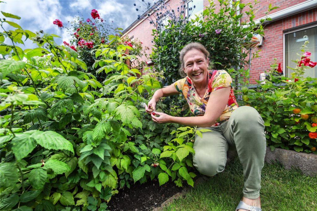 Sabine Wessollek freut sich über Früchte.
