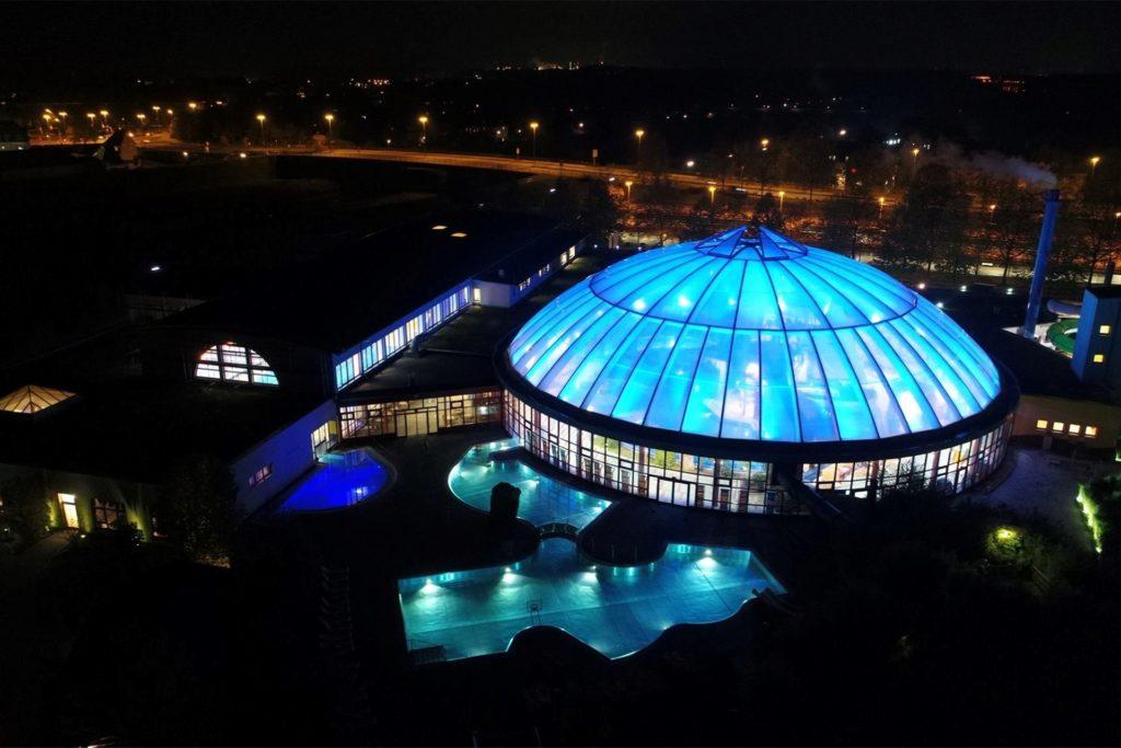 Die beleuchtete Kuppel des Freizeitbades Atlantis bleibt am 17. September ab 22 Uhr dunkel.