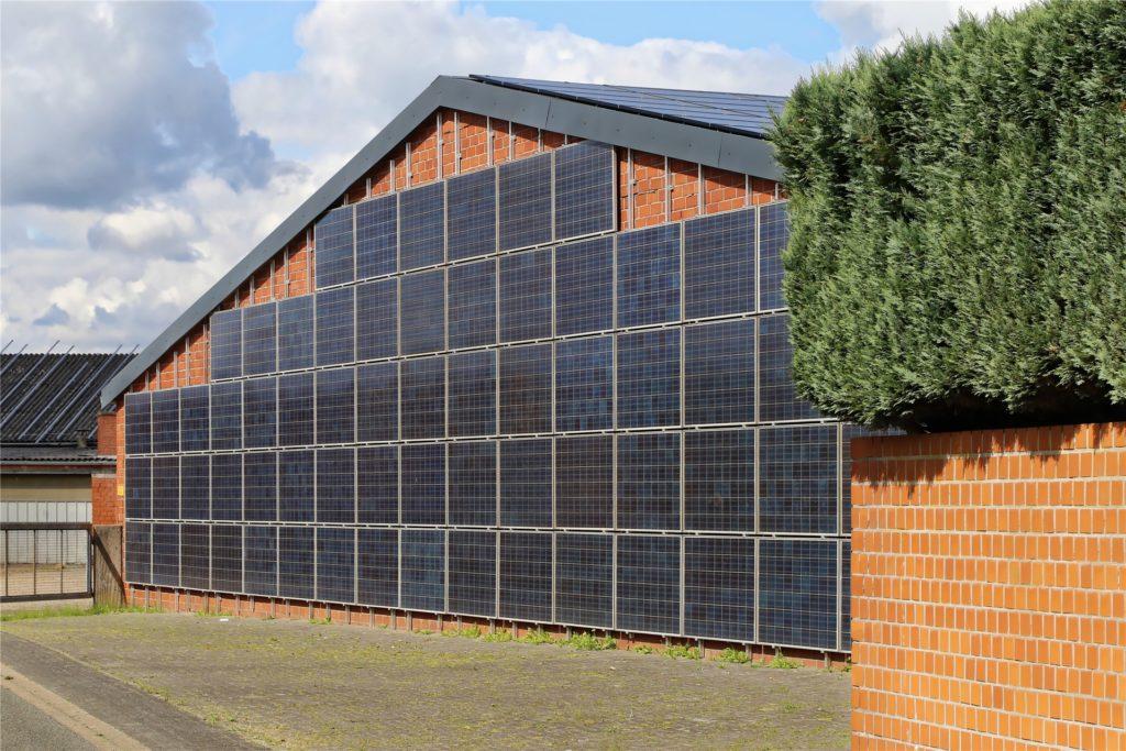 Dächer und Wände der Hallen werden zur umweltfreundlichen Stromproduktion genutzt.