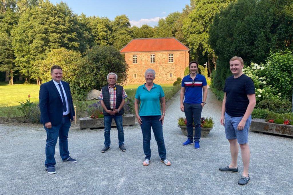 Vertreter der CDU haben sich zum Gespräch mit Anwohnerin Christine Baumeister-Henning getroffen.