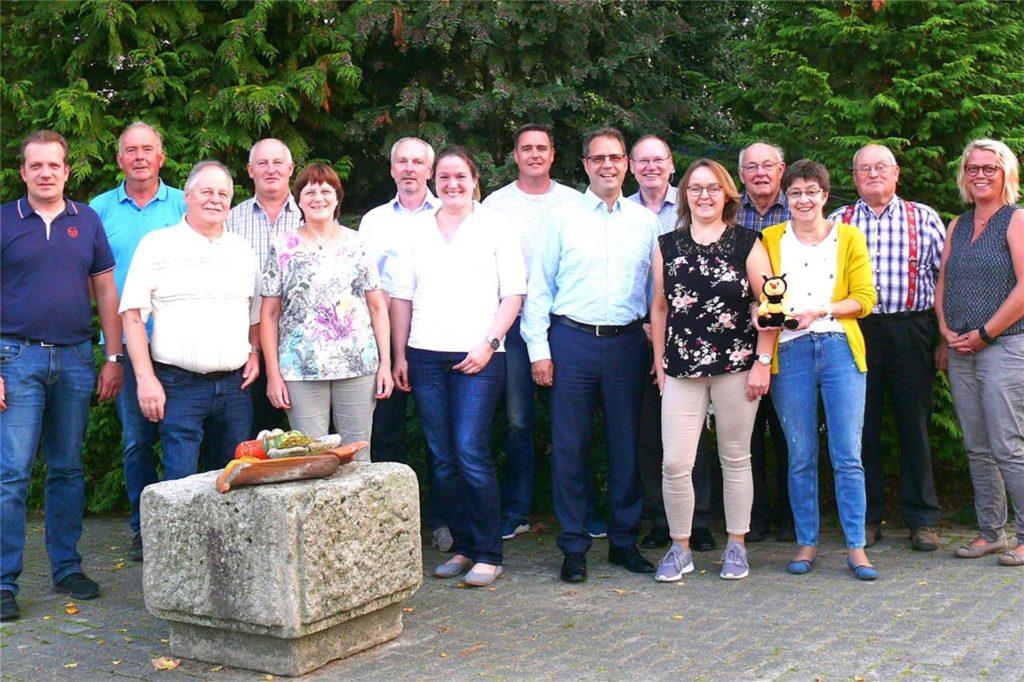 Ein Bild aus dem September 2018 als sich der Imkerverein Südlohn-Oeding wieder neu gegründet hatte. Ottmar Roswora (3.v.l.) ist bis heute der Vorsitzende des Vereins.