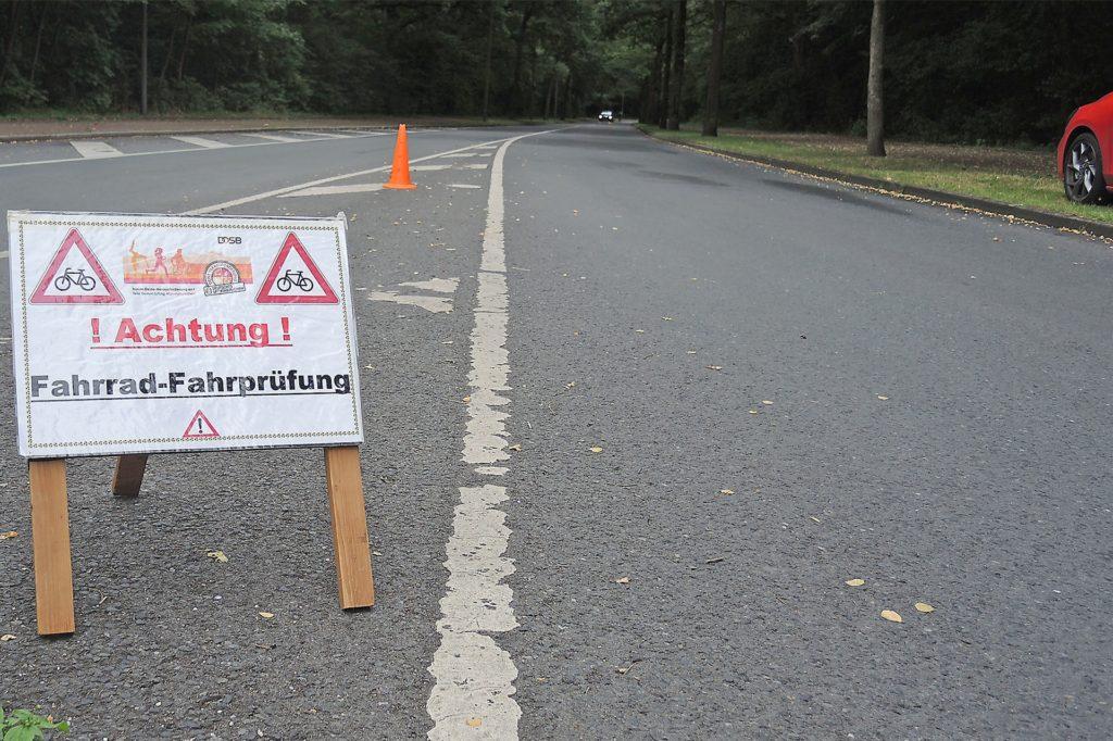 Ein Schild wies die Autofahrer darauf hin, dass am letzten Juli-Samstag die erste Radfahr- und Walking-Prüfung für das Sportabzeichen am Ickerner Rapensweg über die Bühne ging.