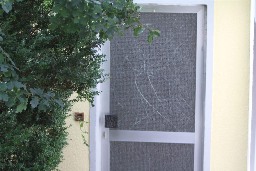 Eine zweite Eingangstür zum Bungalow. Auch sie war eigentlich versiegelt. Spätestens seit Sonntagmorgen allerdings fehlte das amtliche Siegel.