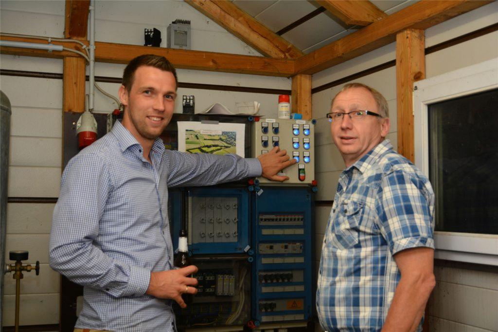 Andreas Garbe (r.) und Josef Hemker legten am Freitagabend den Schalter für die neue Flutlichtanlage um und ließen Platz vier erstrahlen.