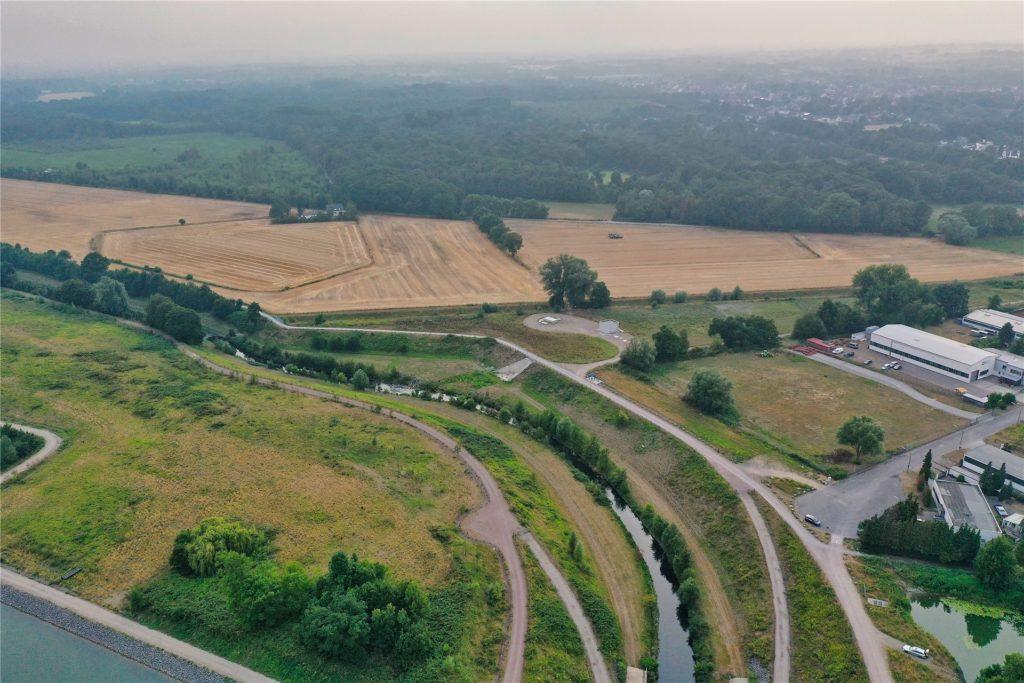 Das Gebiet westlich des Wasserkreuzes: Hier laufen derzeit Bodenarbeiten zur Modellierung des Emscherland-Geländes.
