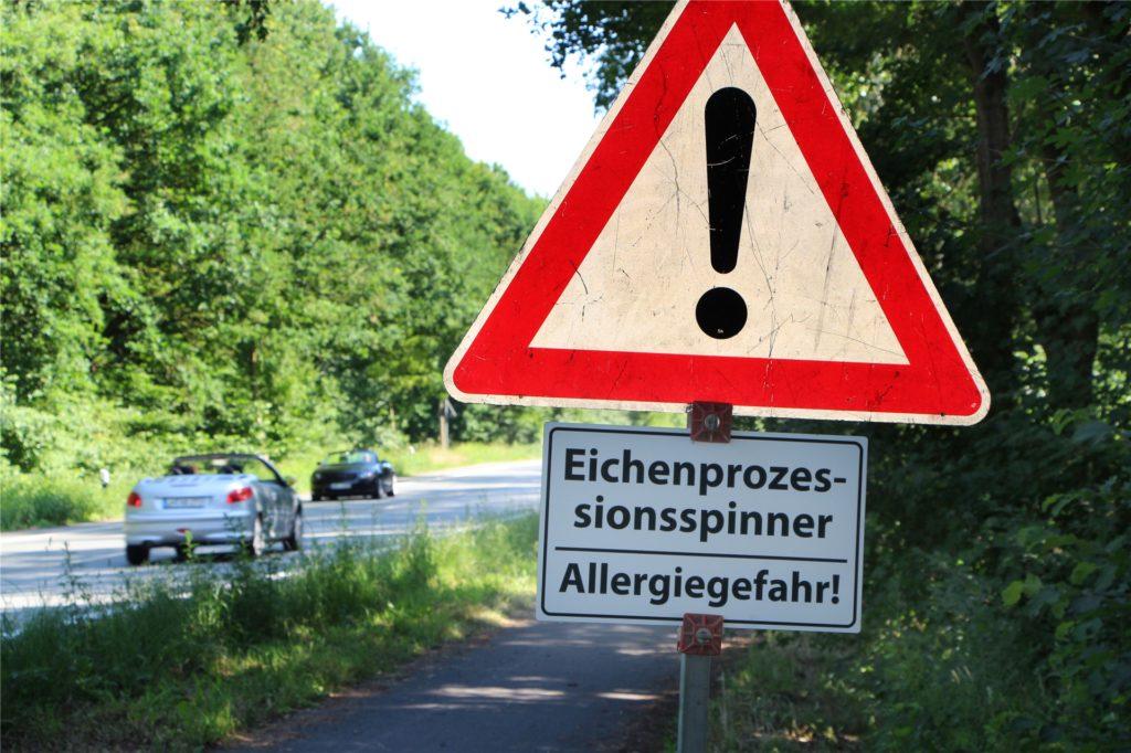 Warnschilder zeigen, wo sich die Plage-Raupen befinden und welche Bereiche im Sommer lieber gemieden werden sollten.