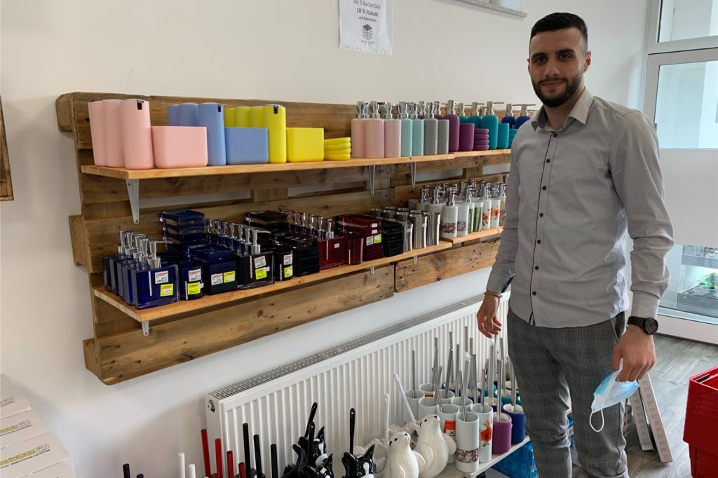 """Ismet Kaynak hat die Palettenregale für das Badezimmerzubehör eigenhändig bearbeitet für sein Geschäft """"Alles paletti""""."""