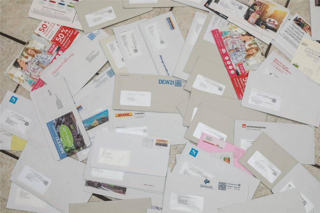 Neben Werbesendungen sind auch Briefe von Versicherungen, Finanzämtern und Strom- und Gaswerken in der Mülltonne gefunden worden.