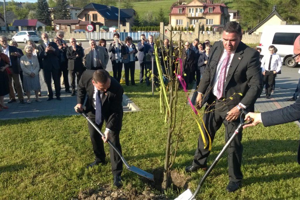 Die Stadtspitzen pflanzten 2016 in Iwkowa einen Baum.