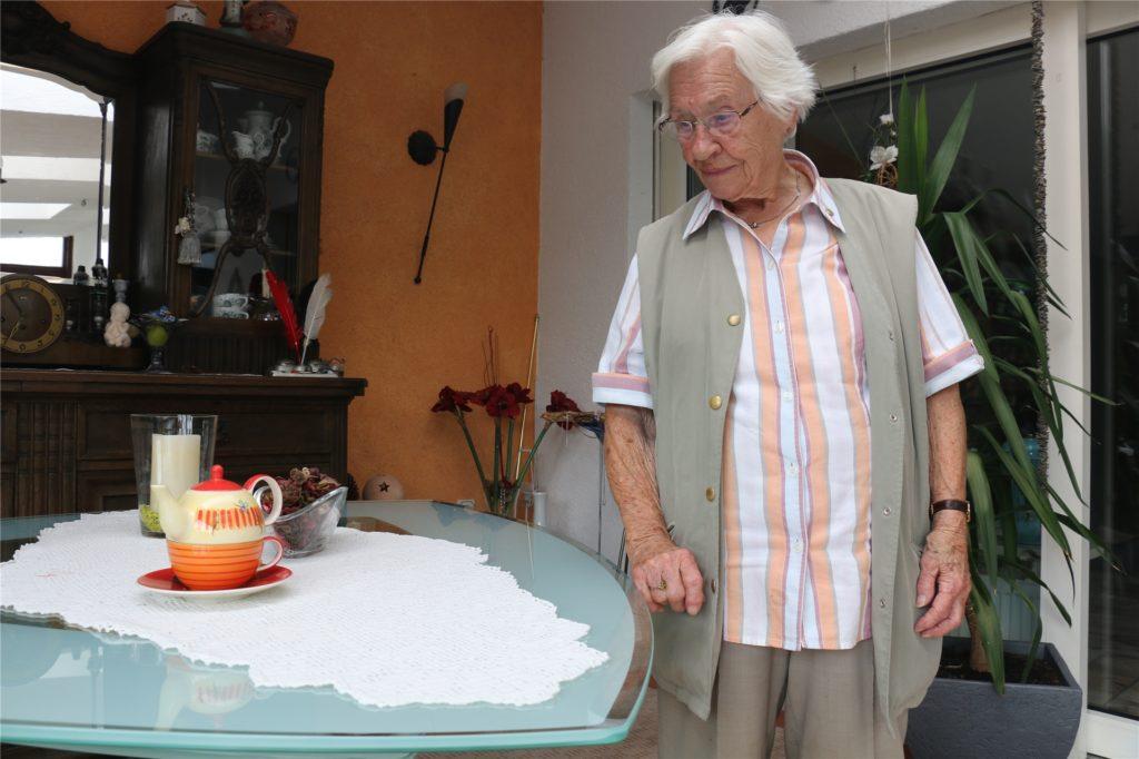 Ilse Thiel, die am Sonntag 98 Jahre alt wird, hat immer gern Handarbeiten gemacht. Hier blickt sie auf eine selbst gehäkelte Tischdecke.
