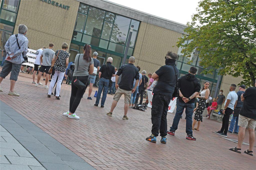 50 bis 60 Menschen kamen zu der Kundgebung von Bündnis gegen rechts am Samstag auf dem Marktplatz in Lünen.