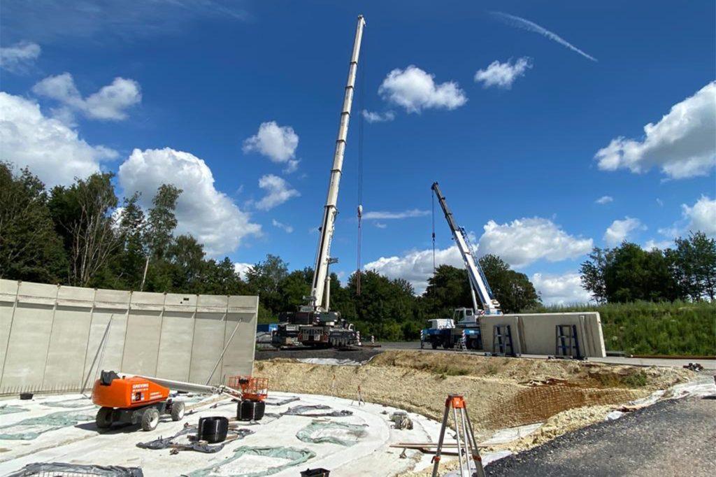 Beim Bau des Trinkwasserspeichers: Per Kran wurden die Bauteile millimetergenau an ihren Platz befördert.