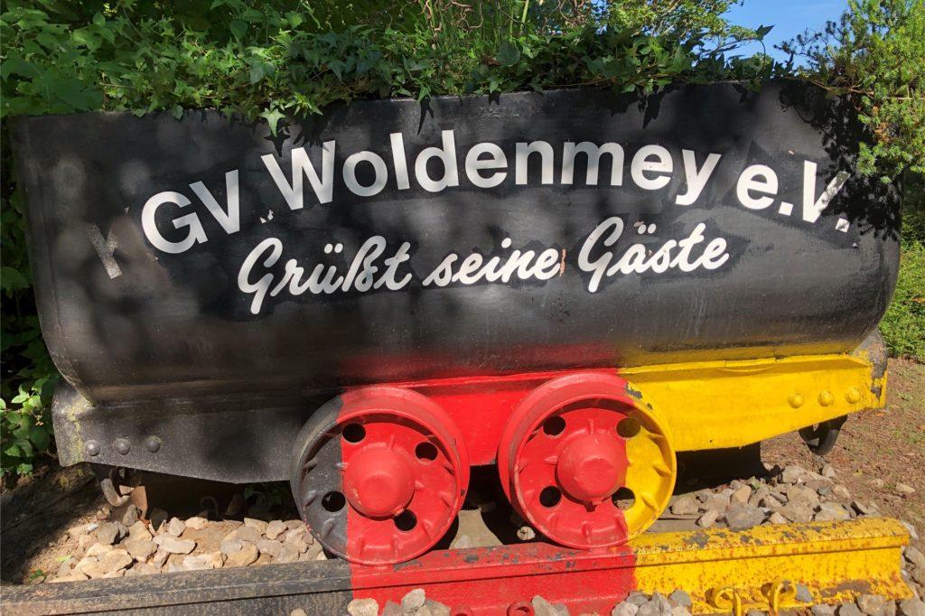 Diese Lore begrüßt die Besucher am Eingang der Gartenanlage Woldenmey in Derne