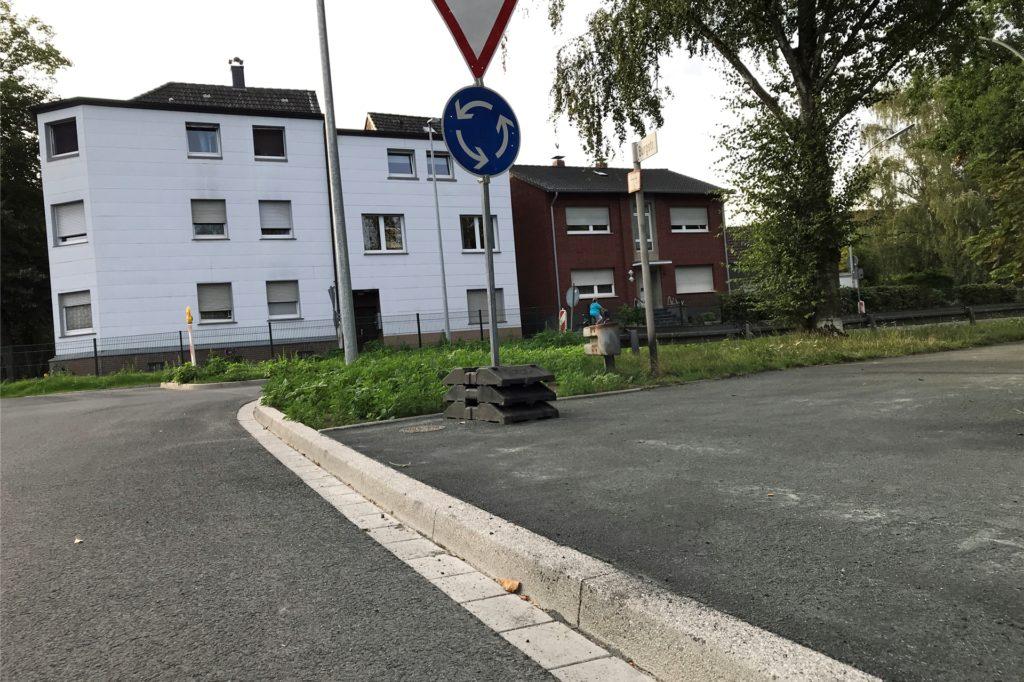 Wer die Burgstraße direkt am Kreisverkehr überqueren will trifft auf einen hohen Bordstein - hüben wie drüben.