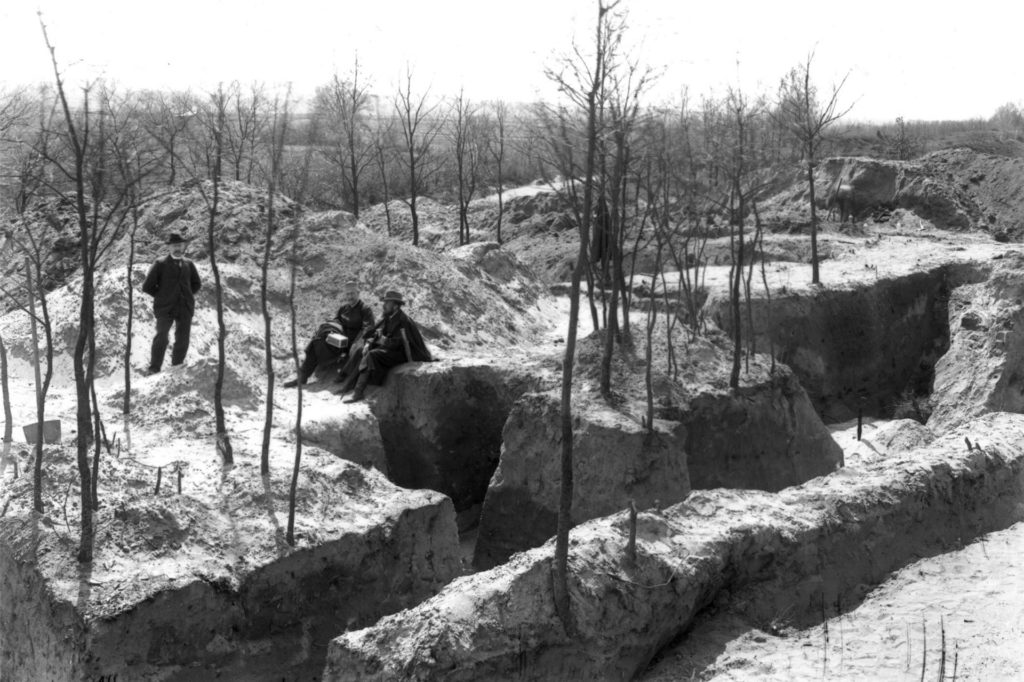 Der Halterner Sanitätsrat Alexander Conrads mit den Archäologen Alexander Conze und Carl Schuchardt (v.l.) bei den ersten Ausgrabungen am Wiegel.