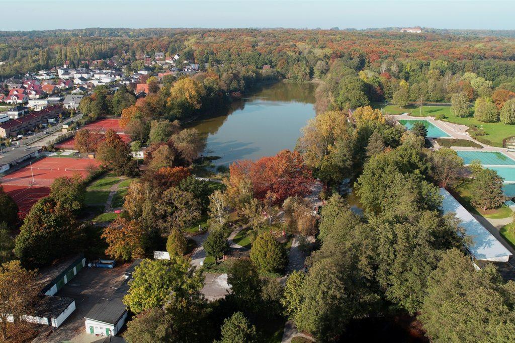 Der Cappenberger See am Stadtrand von Lünen. Im Hintergrund ist das Schloss Cappenberg zu sehen, mitten im Wald. Neben dem See: das Freibad gleichen Namens. Das Freizeitgelände rund um den See ist ein echter Ausflugstipp für Familien.