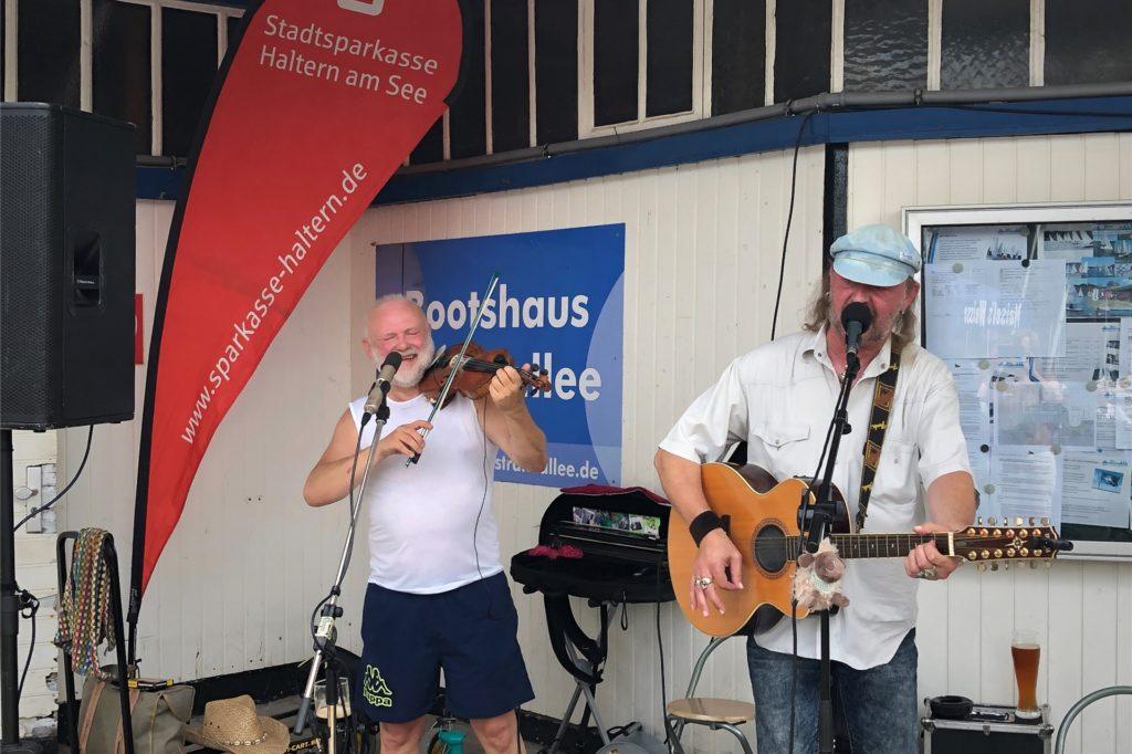 Das Duo Glengar spielte an der Kajüte auf.