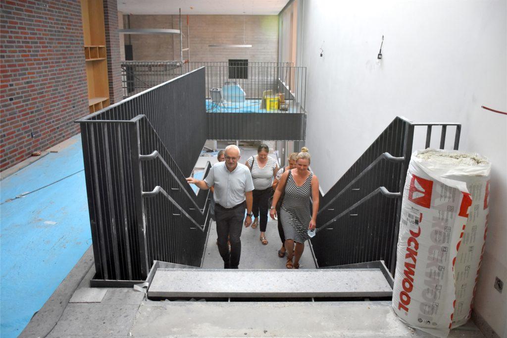 Bürgermeisterkandidat Werner Stödtke beim Rundgang mit UWG-Politikern und Elternvertretern: Der Neubau der St. Vitusgrundschule ist ganz klar das größte Invest der Gemeinde. Aber eines, das sich lohnt. Da ist sich der Kandidat sicher.