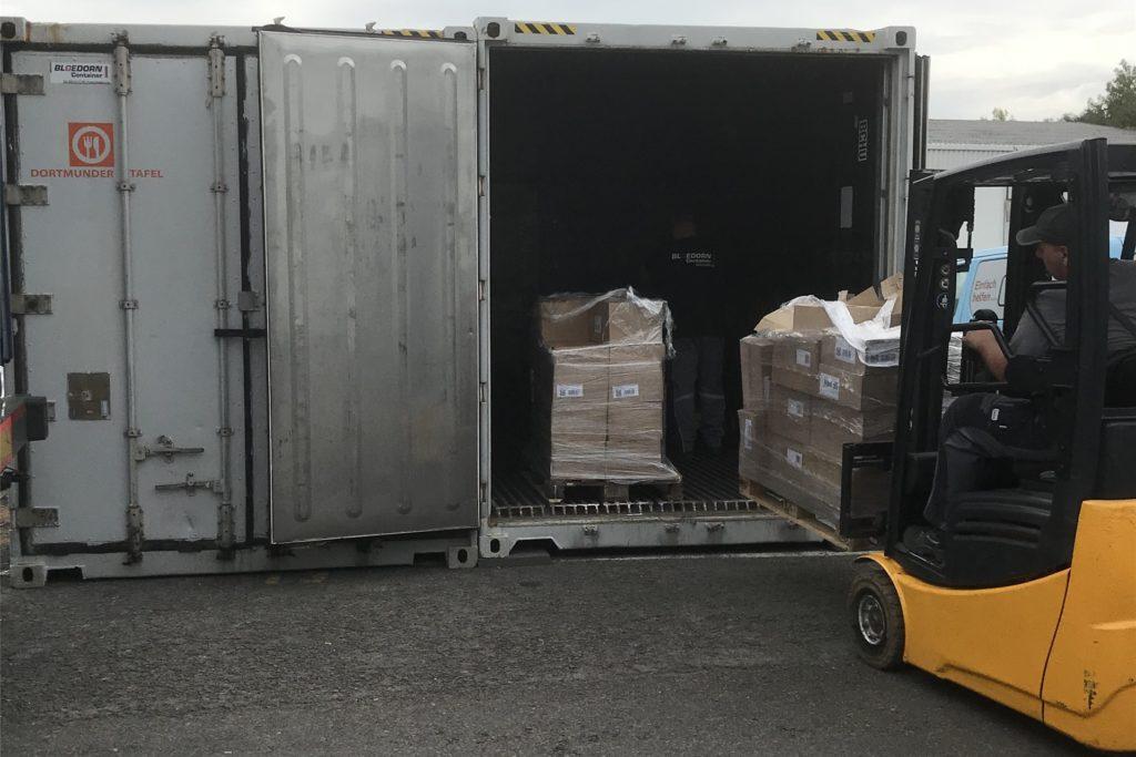 Hier wird Kühlware wie Joghurt in einen Container der Bloedorn Container GmbH umgeladen.