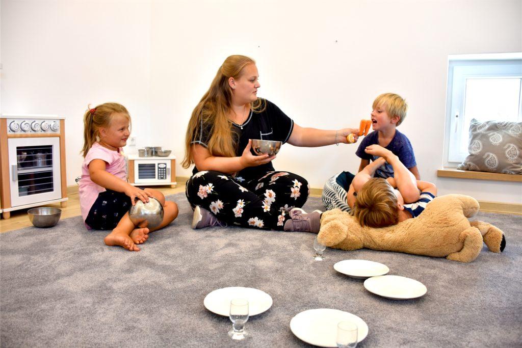 """Julia Eggenkemper, Leiterin des Bauernhofkindergartens, beim Spiel mit den Kindern: """"Die ersten Tage sind unglaublich harmonisch gelaufen"""