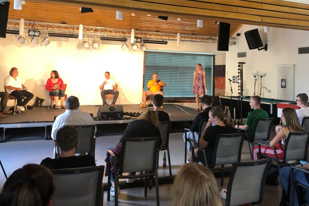 Rund 30 Jugendliche hören den Bürgermeisterkandidaten interessiert zu und stellen viele Fragen an sie.