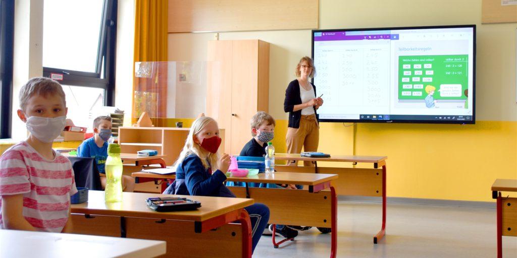 Die neuen digitalen Tafeln sind an der von-Galen-Grundschule schon im Einsatz. Hier ein Archivbild von Ende Mai. Auch wenn die Lehrer – wie hier Eva Elsner – noch mit einigen Kinderkrankheiten kämpfen müssen.