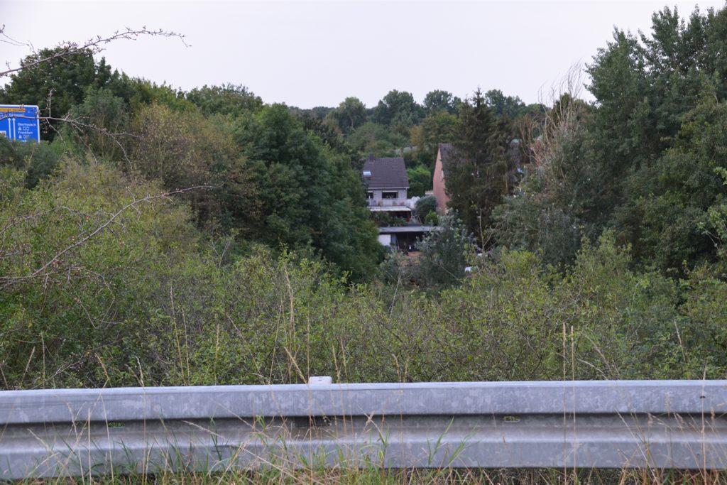 Nur knapp 200 Meter vom Grünzug Im Dicken Dören entfernt liegen die Häuser der Groppenbrucher. Hinter ihren Grundstücken fließt der Groppenbach - die Stadtgrenze von Dortmund und Waltrop.