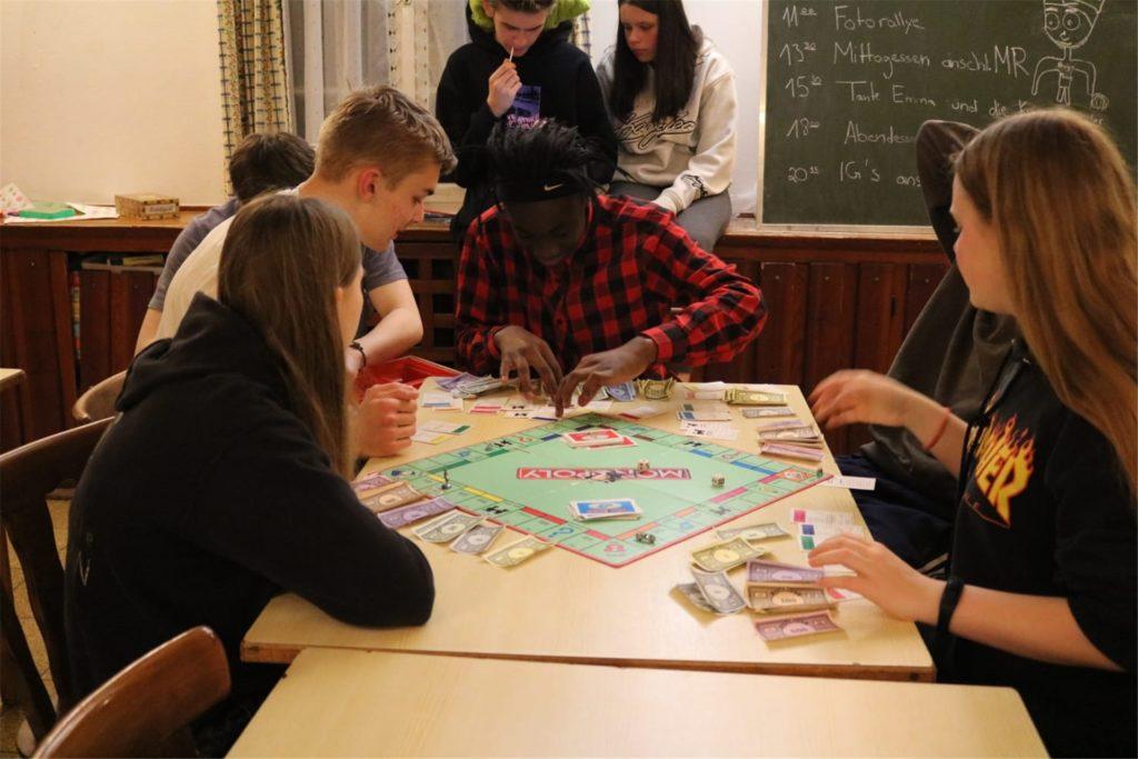 Spieleabend statt Chatten mit Freunden bei WhatsApp. Für die Teilnehmer einer Ferienfreizeit im Haus Viktoria in Warstein ändert sich die Freizeitgestaltung