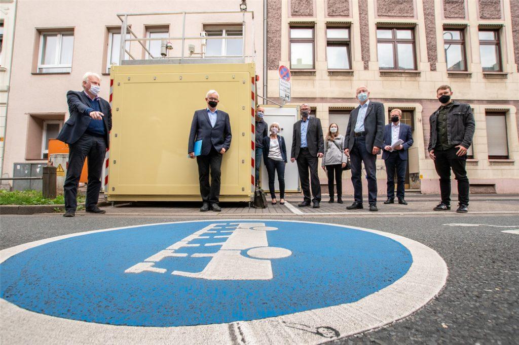Die Vertreter von Stadt und Deutscher Umwelthilfe beim Ortstermin an der Umweltspur und der Schadstoff-Messstation an der Brackeler Straße.