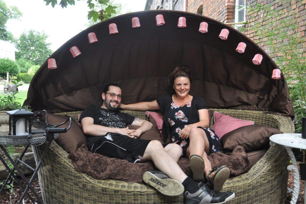 Jessica Kessler und Patrick Sühl machen es sich gerne in der Liegemuschel bequem.
