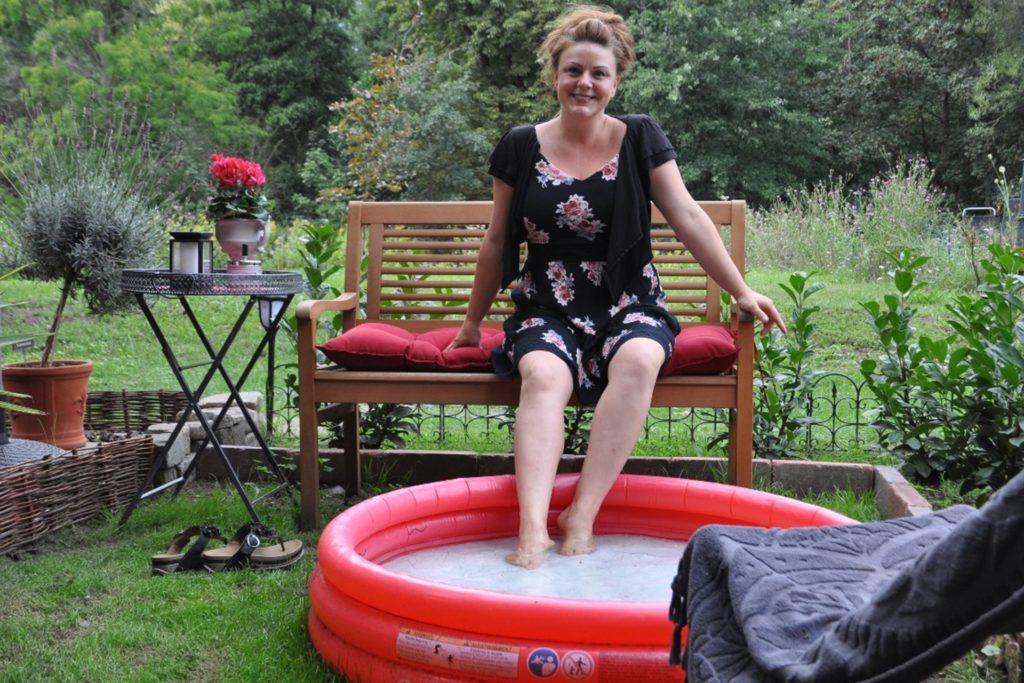 Jessica Kessler hat auf Schloss Bladenhorst ihren Garten eingerichtet und auch an ein Planschbecken für heiße Tage gedacht.