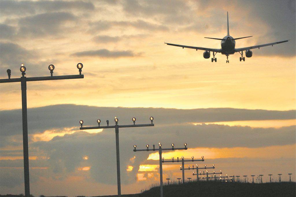 Die großen Passagierflieger von Wizz und Co. erreichen Reisegeschwindigkeiten von 830 Stundenkilometern. Auch wenn sie bei der Landung deutlich langsamer einschweben, dürften Piloten darauf bedacht sein, im Sinkflug zur Landebahn nicht auch noch unnötige Kurswechsel vorzunehmen.