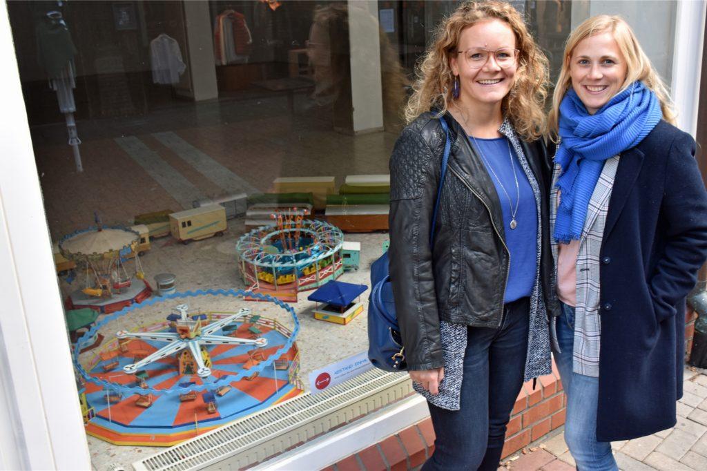Marion (l.) und Sarah Fahrland: Das Ehepaar lebt in Düsseldorf, aber zur Vredener Kirmes geht es in die Heimat.