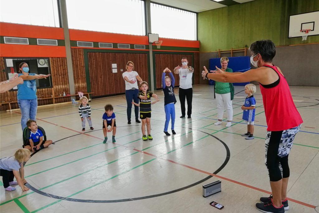 Übungsleiterin Kerstin Borkenhagen macht die Übungen vor, die Kinder turnen sie nach.