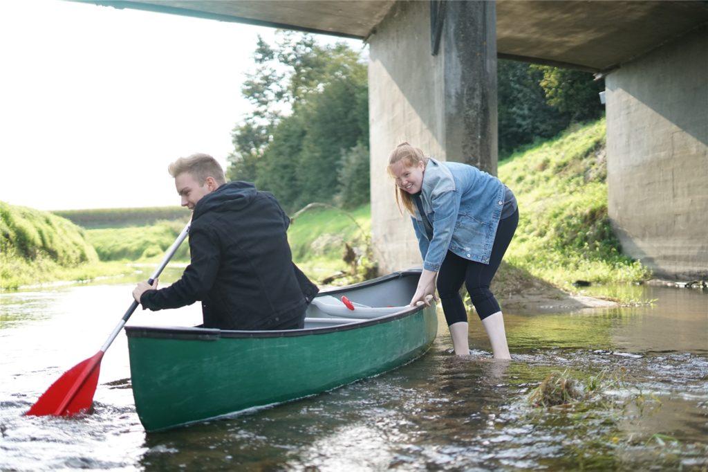Der trockene Sommer macht sich bemerkbar: Kaum losgefahren, bleibt das Kanu auf einer Untiefe stecken.