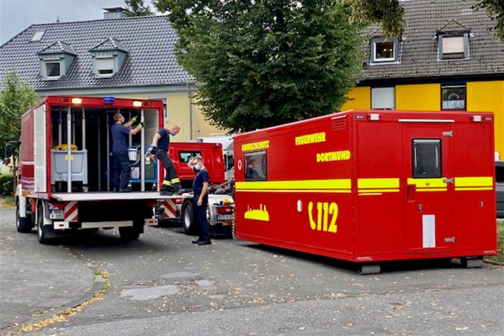 Spezialkräfte der Feuerwehr untersuchen unbekannte Substanzen, die bei der Durchsuchung gefunden worden sind.