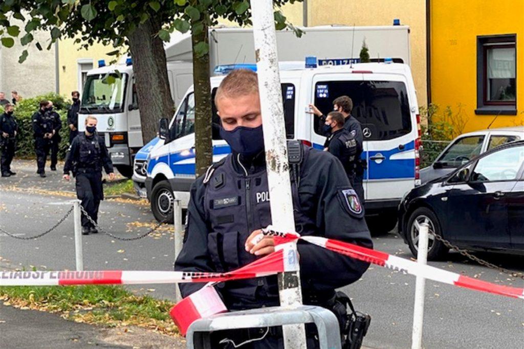 Ein Polizist sperrt den Einsatzort ab.