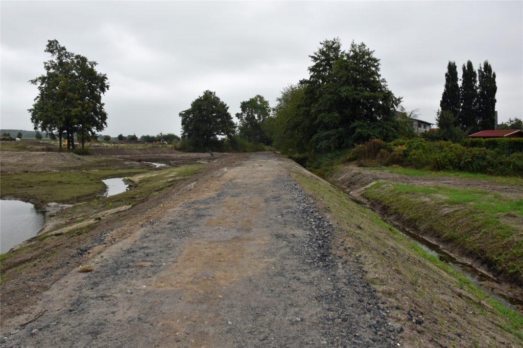 Hier, entlang des Mühlenbachs, soll ein Wanderweg entstehen.  Zum Abschluss der Bauarbeiten wird eine wassergebundene Decke aufgetragen.