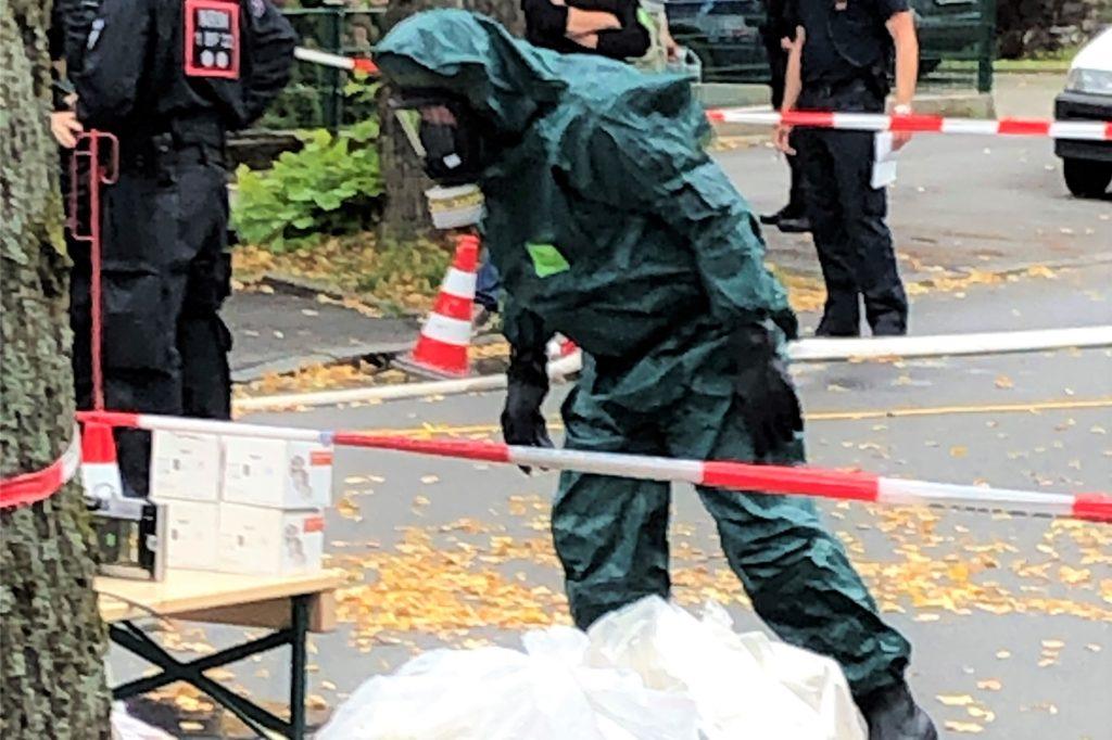 Ein Fachmann der Polizei begutachtet die Funde, die in der Wohnung des Mannes gemacht wurden.