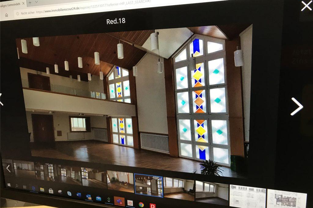 Der Gemeindesaal mit den typischen Buntglasfenstern solcher Gebäude.