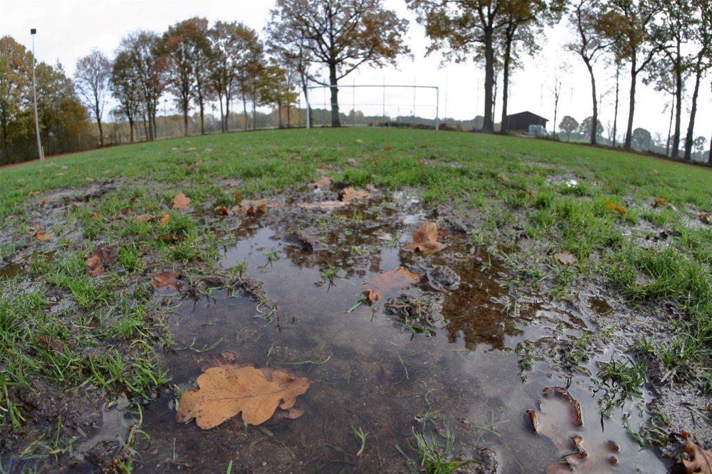 Steht der Platz erst mal so unter Wasser, ist weder ein Trainings- noch Spielbetrieb möglich.