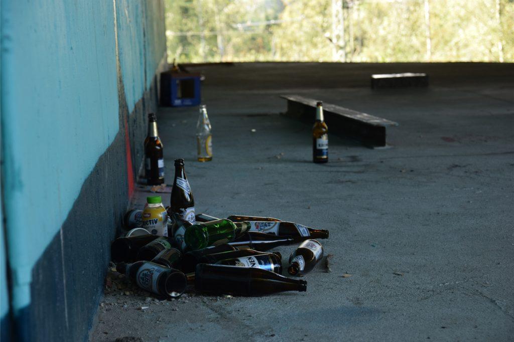 Auf der Plattform unter der A40 in Dormtund liegen viele gläserne Bierflaschen.