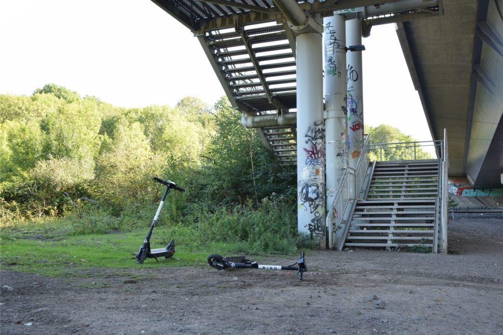 E-Scooter werden unter der Schnettkerbrücke in Dortmund achtlos abgestellt