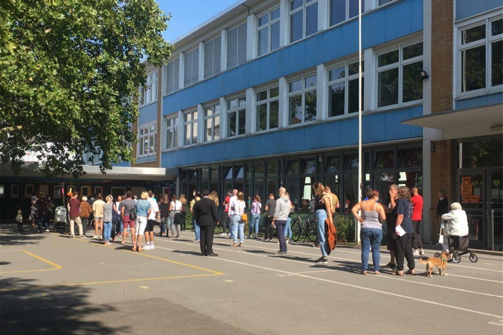An der Petri-Grundschule im Dortmunder Klinikviertel mit gleich vier Stimmbezirken brauchen die Wählerinnen und Wähler Geduld.