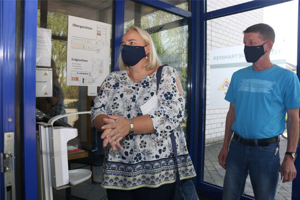 Das Inca-Technologiezentrum in Ascheberg wurde erstmals zum Wahllokal. Zunächst mussten sich die Wähler die Hände desinfizieren. Mit Abstand und im Einbahnstraßen-System ging es dann an die Wahlkabine.