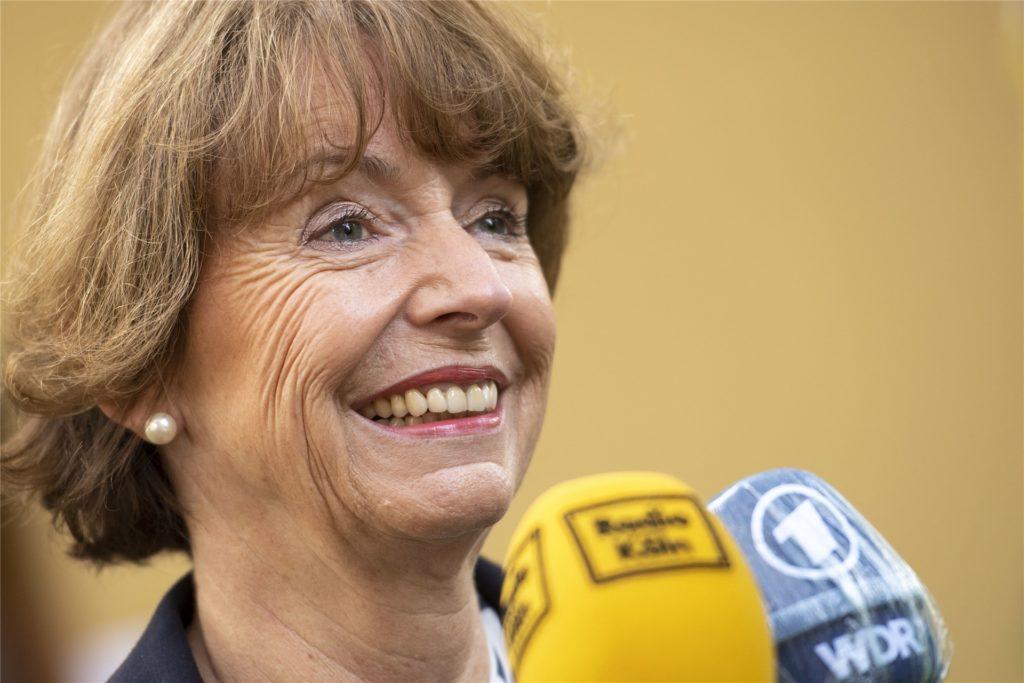 Die amtierende Kölner Oberbürgermeisterin, Henriette Reker, liegt laut Prognosen deutlich vorne, muss aber voraussichtlich in die Stichwahl.