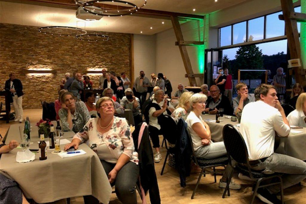 150 Besucher verfolgten den Ausgang der Wahl auf der Wahlparty in Frenkings Tenne.