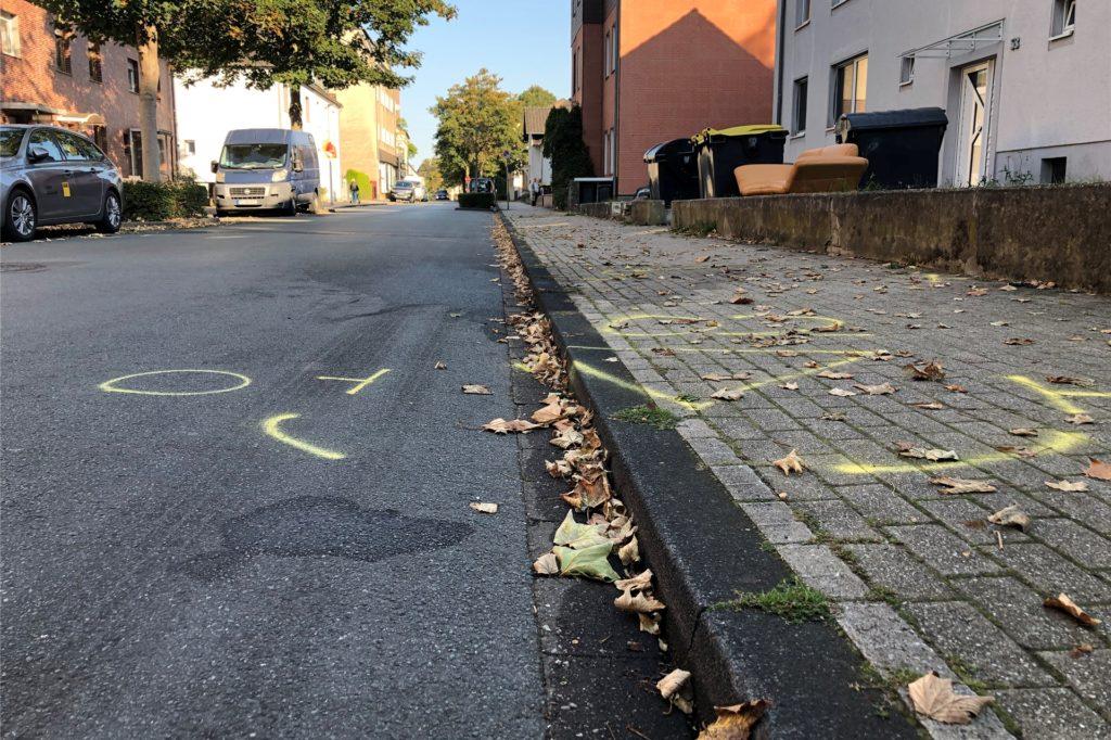 Am Morgen nach dem Unfall zeugen noch Markierungen der Polizei vom Unfall auf der Frohlinder Straße.